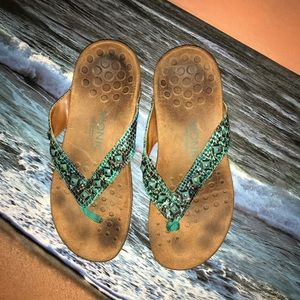 Vionic Sandals Turquoise Beading Tan Sole size 6